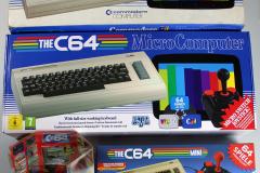 Commodore 64 von 1983, C64DTV von 2005, TheC64 Mini von 2018 und TheC64 Maxi von 2020